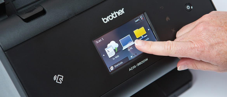 Finger einer Perso drückt virtuelle Tasten auf einem Touchscreen-Display.