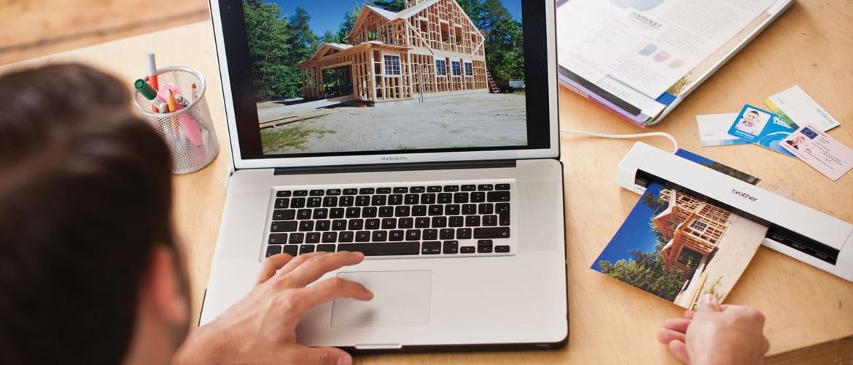 Schreibtisch mit MacBook und Scanner