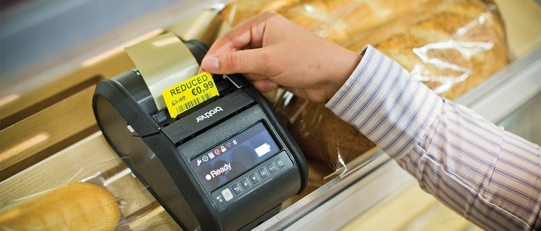 Mobiler Etikettendrucker druckt reduziertes Preislabel für Brot