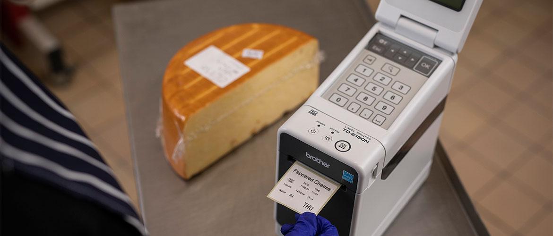 Etikettendrucker druckt Lebensmitteletikett für Käselaib