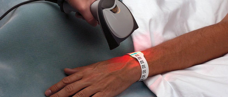 Scanner scannt Barcode auf Patientenarmband