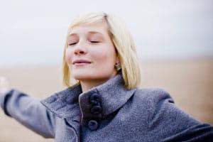 Frau atmet saubere Luft