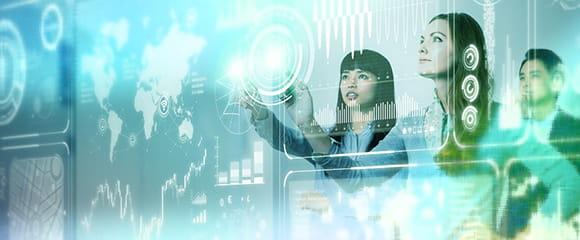Zwei Frauen stehen an einer Wand und verschieben mit den Händen Augmented Reality Elemente.
