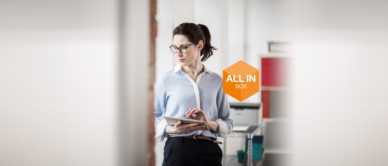 Frau im Büro mit Tablet und Brother Drucker im Hintergrund