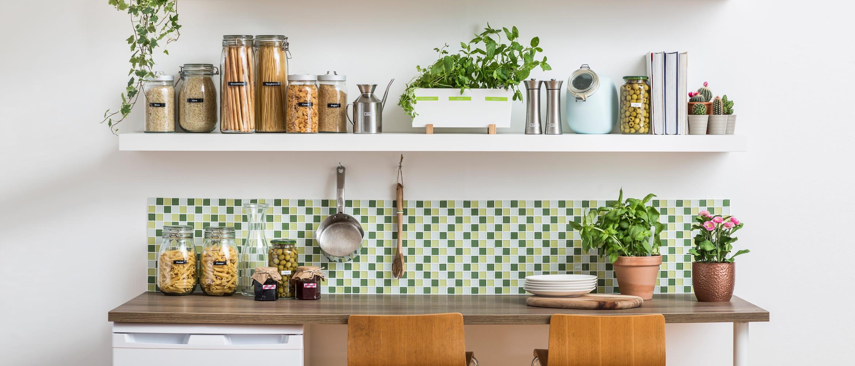 Küchenzeile mit beschrifteten Utensilien