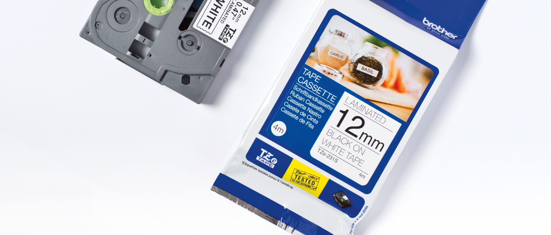 TZe-Schriftbandkassette und Verpackung, liegend, Ansicht von oben