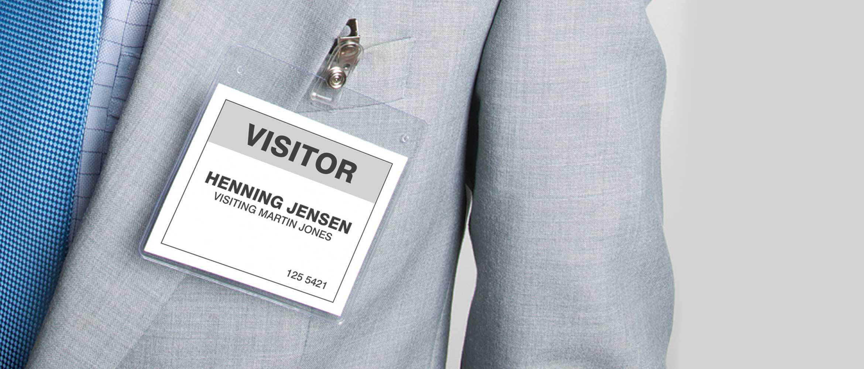Mann im Anzug, gedrucktes Namensschild tragend