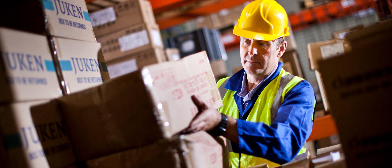 Logistikmitarbeiter sortiert Pakete