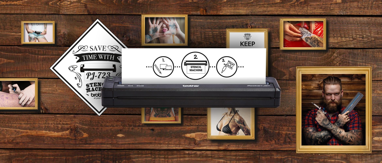 Brother Pocket Jet Drucker vor Holzwand mit Tattoo-Wandmotiven