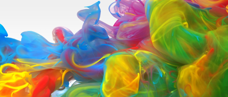 Eine Mischung mehrfarbiger Tinte auf weißem Hintergrund