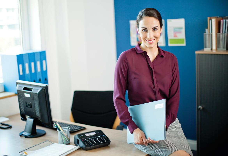 Frau im Büro mit P-touch Beschriftungsgerät