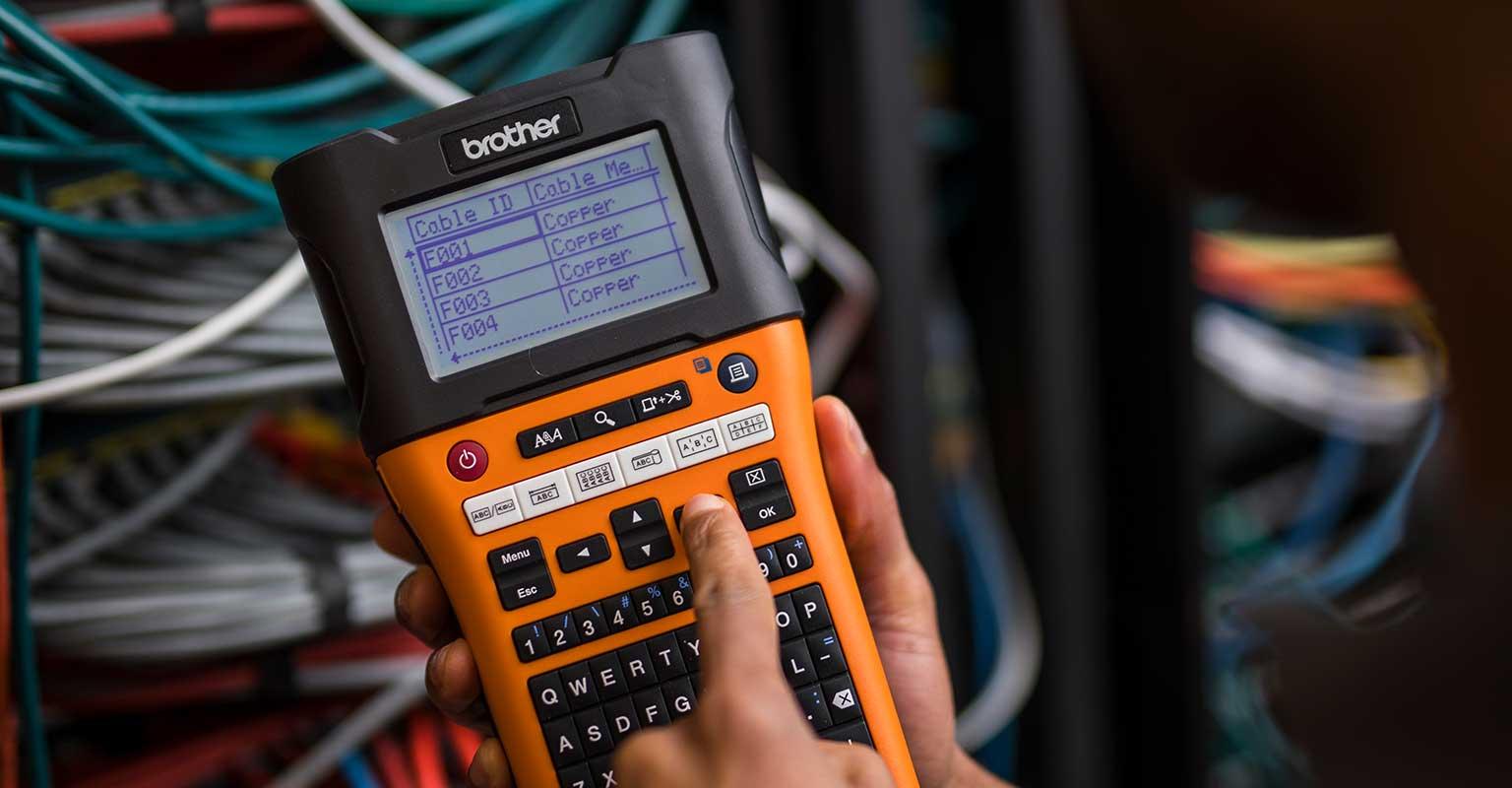 PT-E550W-Etikettendrucker mit Netzwerkkabel-IDs zum Drucken ausgewählt