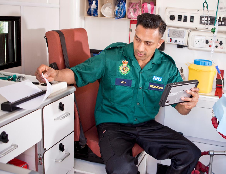Rettungsassistent in Krankenwagen benutzt Brother Drucker