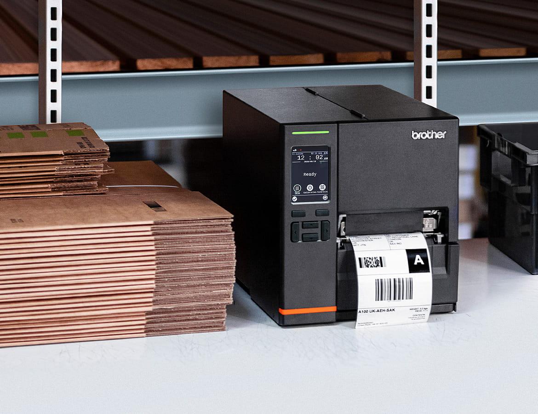Brother Industrieetikettendrucker, in Warenhausregal stehend mit Verpackungsmaterial