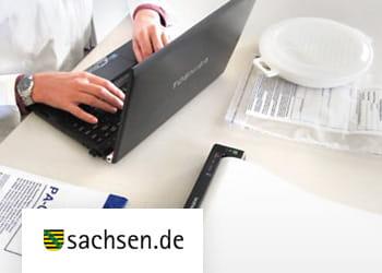 Mitarbeiter der Lebensmittelkontrolle bei der Arbeit, an Laptop sitzend, Brother Drucker auf dem Tisch