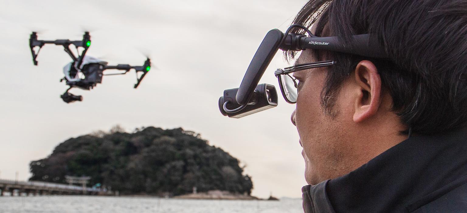 Person mit AiRScouter WD-300 und Drohne