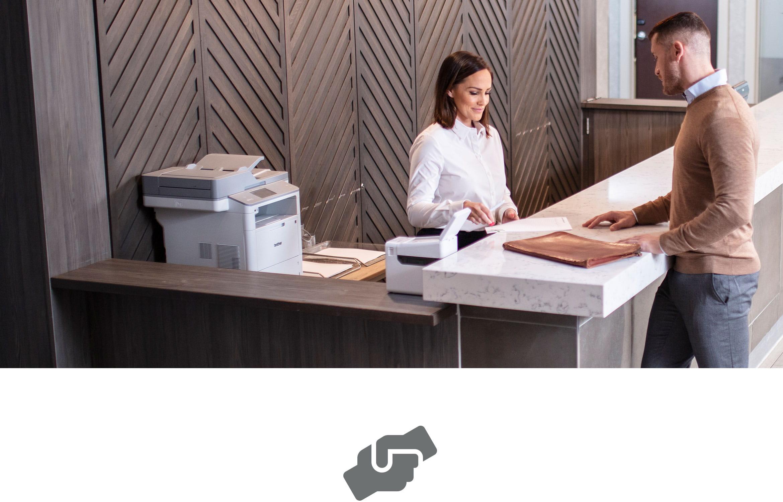 Kunden erhalten Hilfe vom Kundendienst mit Laser- und Etikettendrucker am Tresen.
