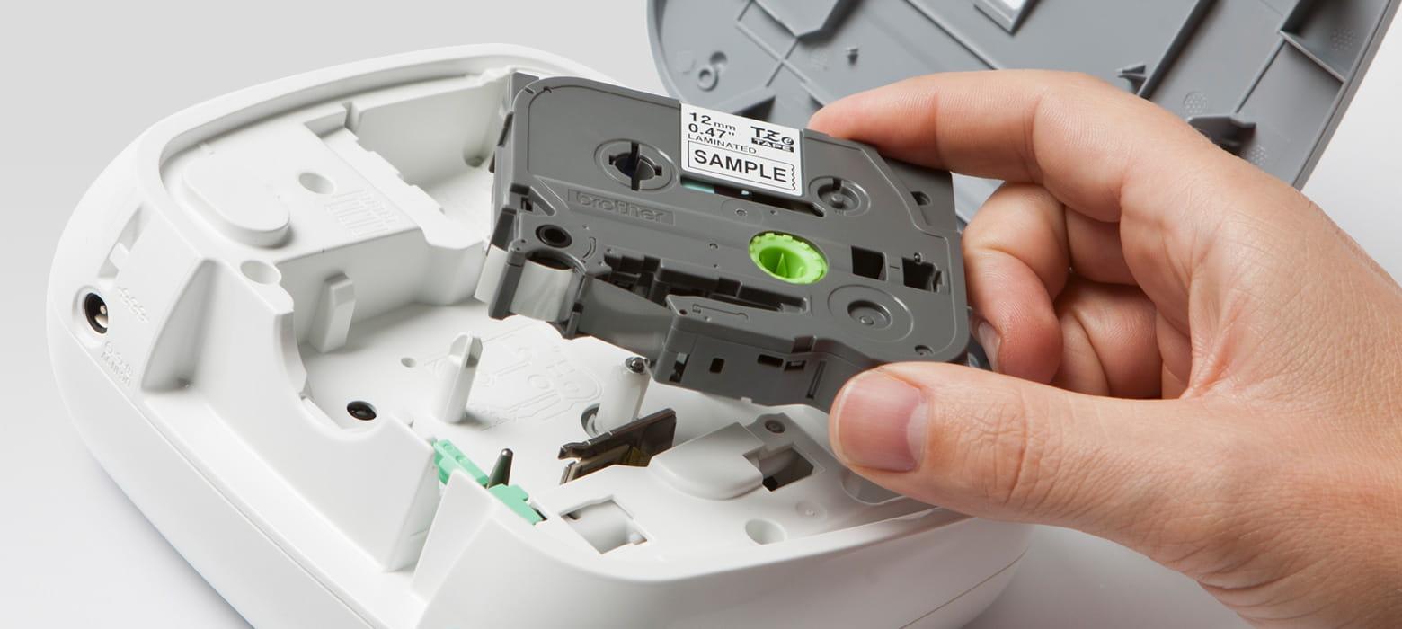 Schriftbandkassette wird in P-touch Gerät eingesetzt, Nahaufnahme