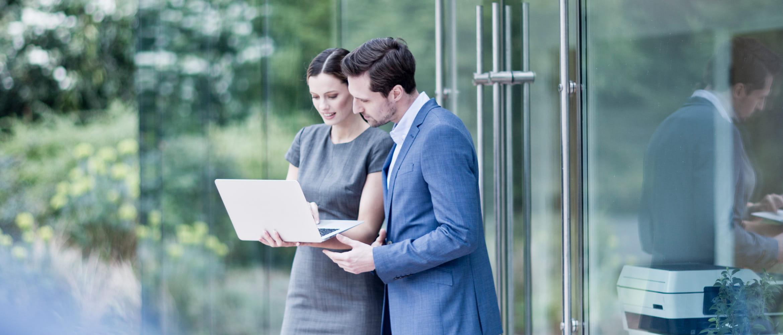 Frau, Mann, Businessumfeld, im Gespräch, schauen in Laptop