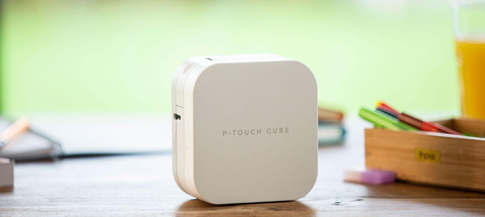 P-Touch Cube auf Schreibtisch