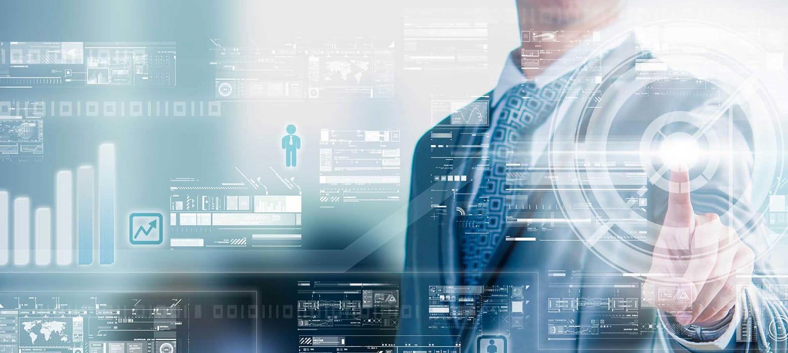 Mann hinter virtueller Benutzeroberfläche aus Glas, mit dem Finger tippend