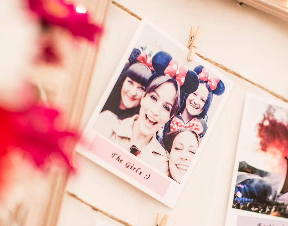 Polaroidfotos in Bilderrahmen, mit P-touch Schriftband individualisiert