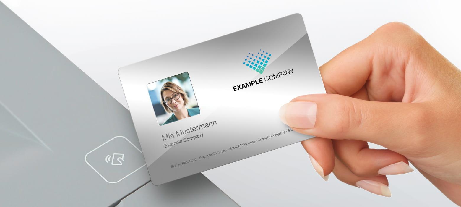 Brother Durcker mit NFC Schnittstelle, Hand hält ID-Karte