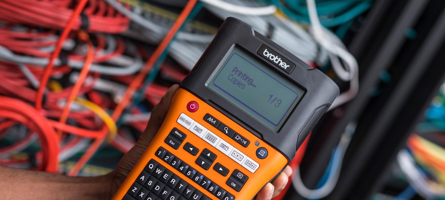 Beschriftungsgerät PT-E550WVP in Hand gehalten