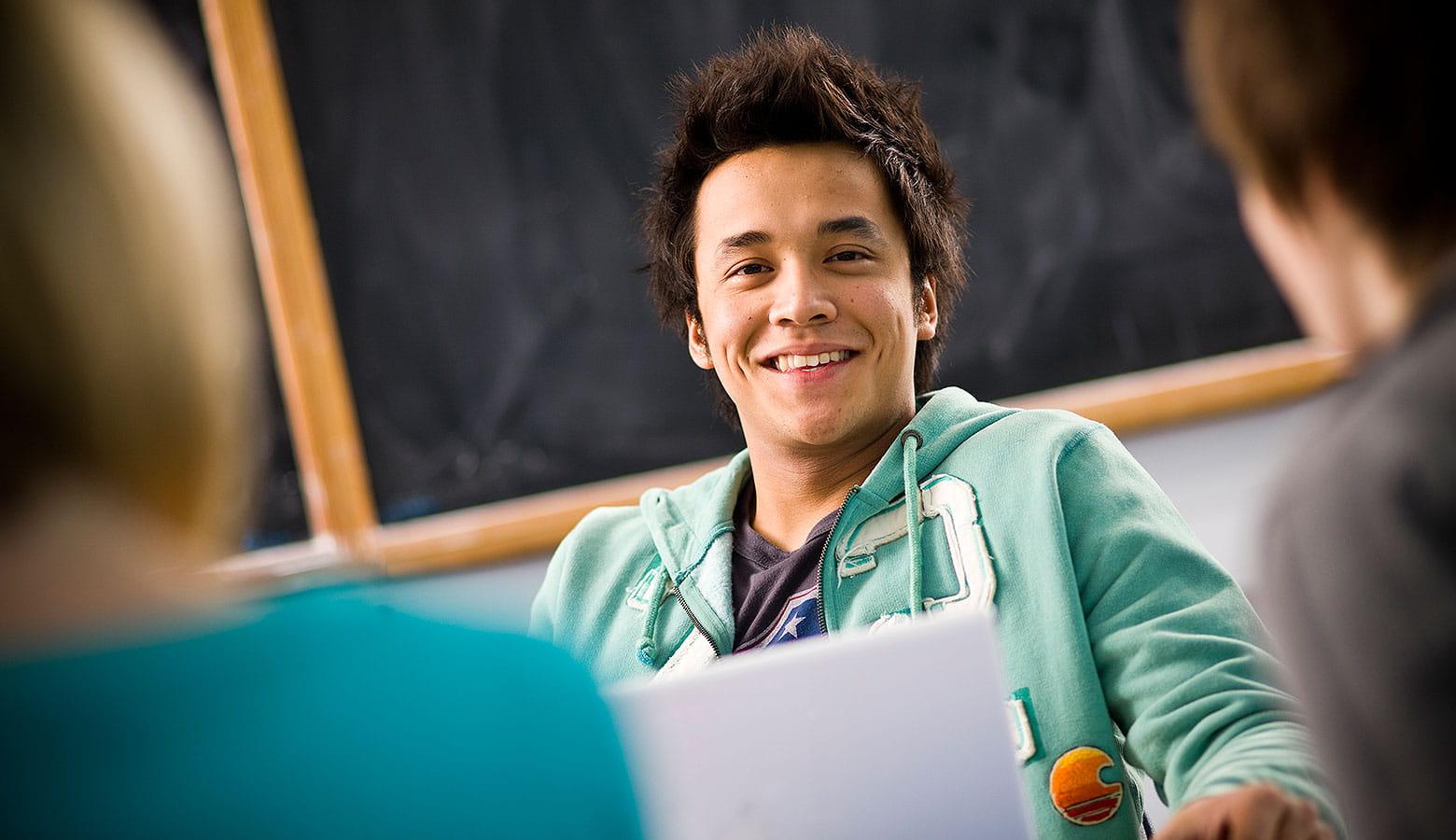 Schüler lernt mit seinem Laptop im Klassenraum