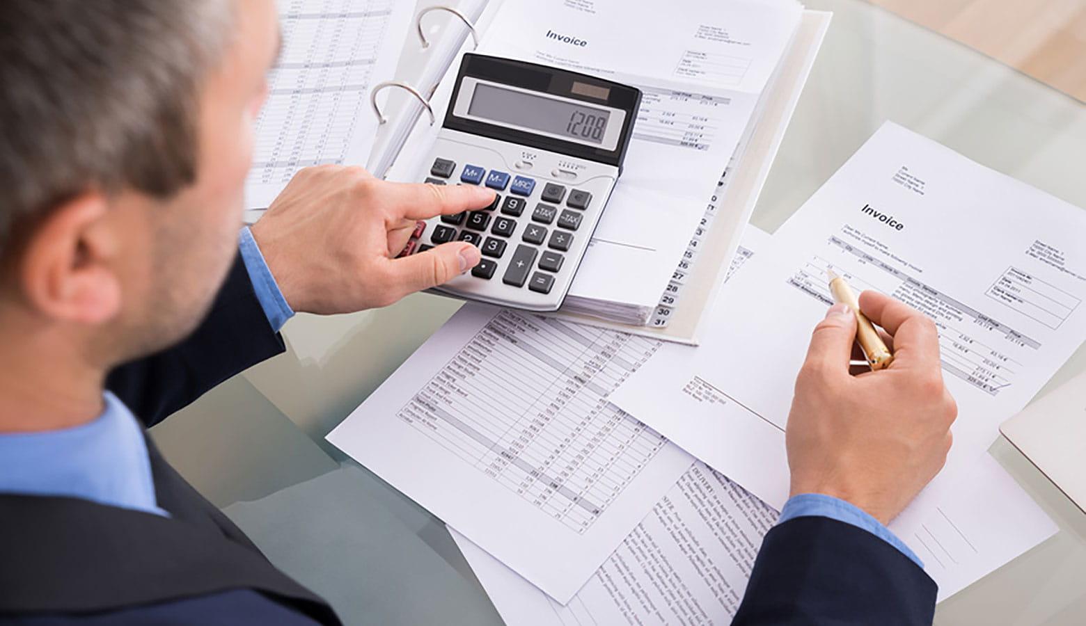 Person aus der Finanzabteilung, die Finanzen kontrolliert