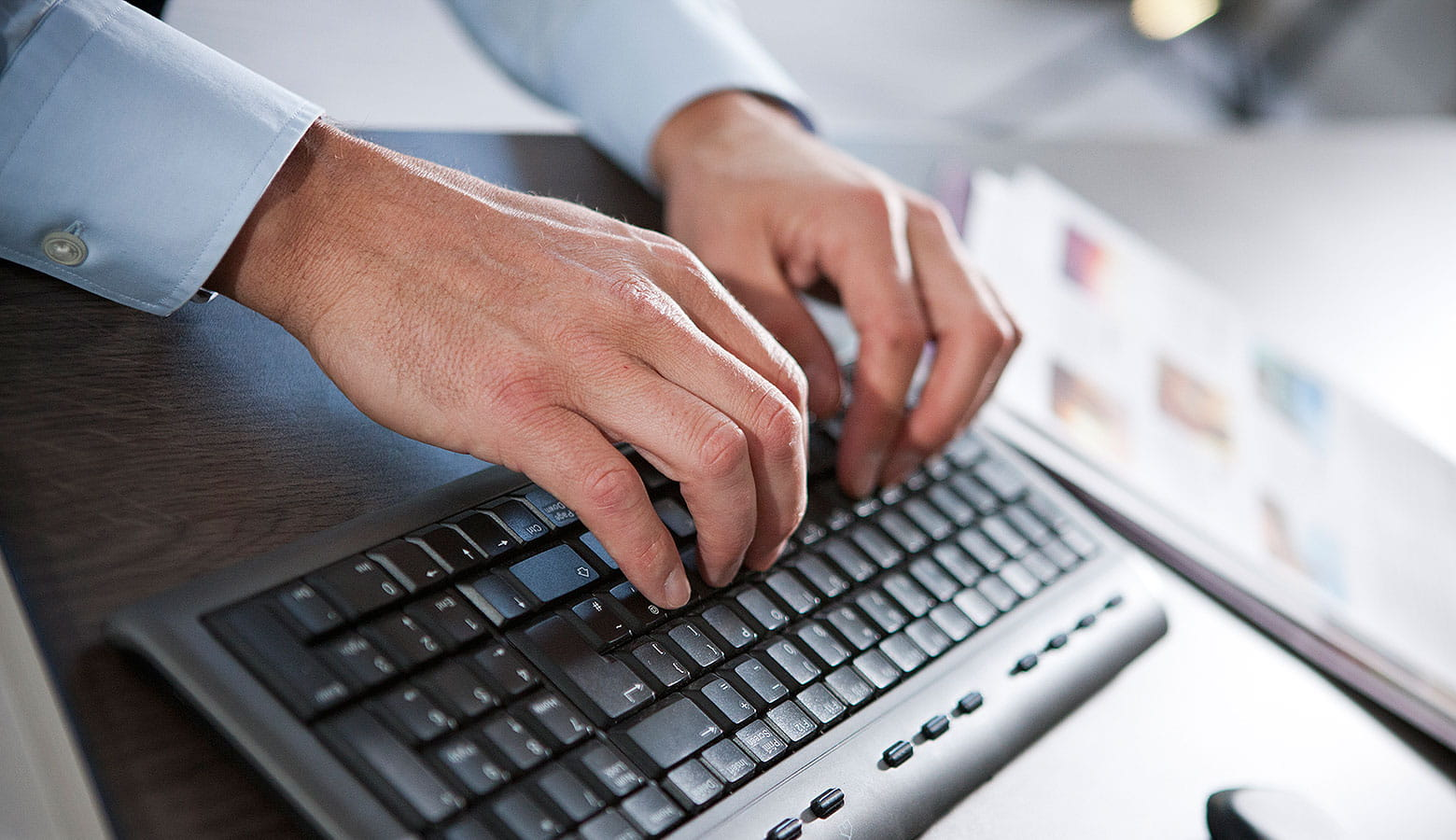 Person die an ihrem Computer arbeitet