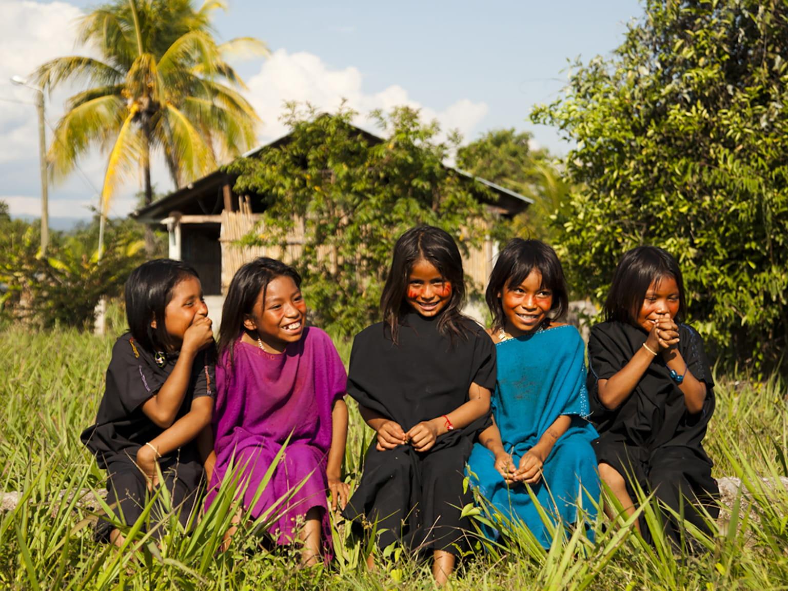 5 Kinder von einem Naturvolk im Regenwald