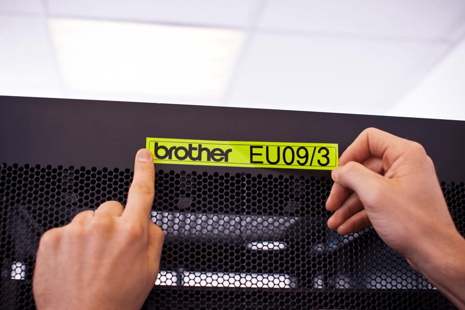 Brother TZe-C51 Schriftband – schwarz auf signal-gelb