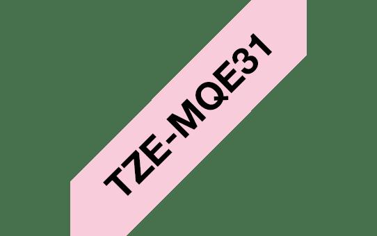 Brother TZe-MQE31 Schriftband – schwarz auf pastell rosa 2