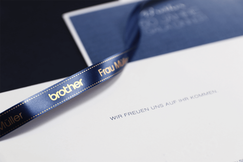 Brother TZe-RN34 Textilband – gold auf marineblau
